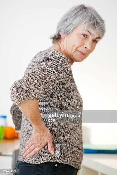 lower back pain in elderly pers. - lower back - fotografias e filmes do acervo