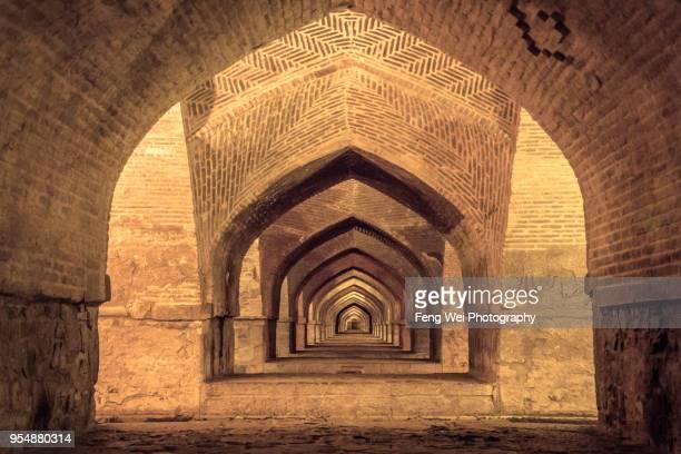 lower level arches of si-o-se pol bridge, isfahan, iran - ザーヤンド川 ストックフォトと画像