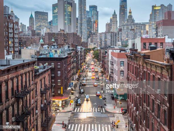 lower manhattan skyline - chinatown - avondschemering stockfoto's en -beelden