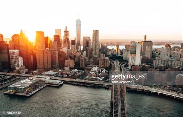 夕暮れ時のマンハッタンのスカイライン - ニューヨーク州 ブルックリン ストックフォトと画像