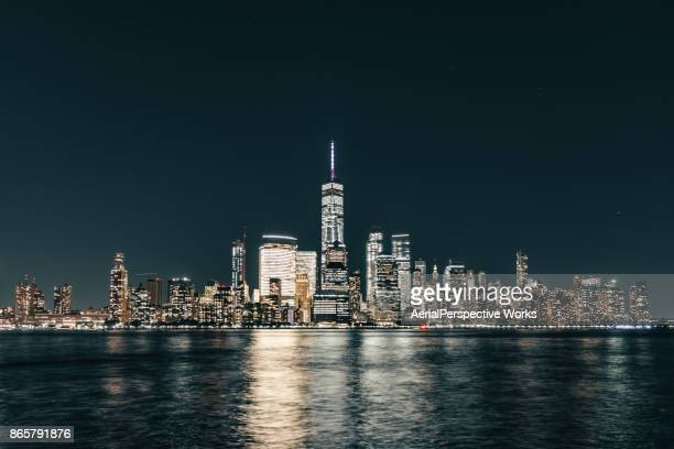 lower manhattan skyline en skyline van new york nachts - night stockfoto's en -beelden