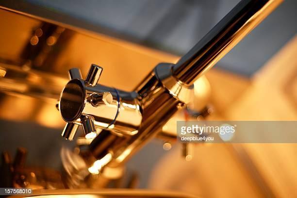 Partie inférieure du robinet doré