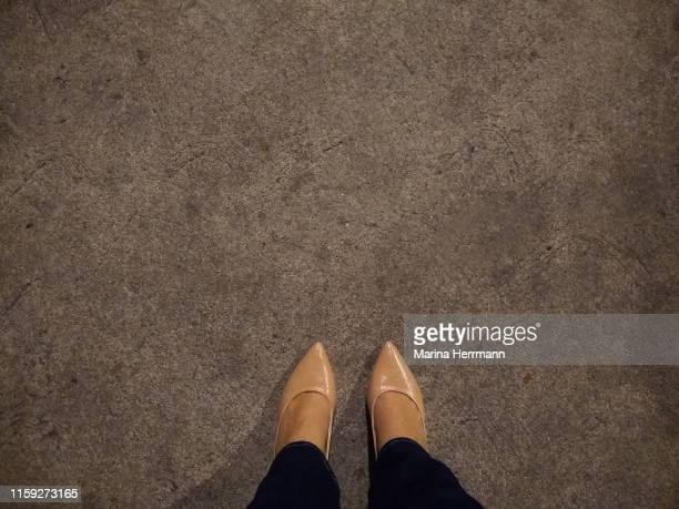 lower section of female leg on gray sidewalk - partie inférieure photos et images de collection