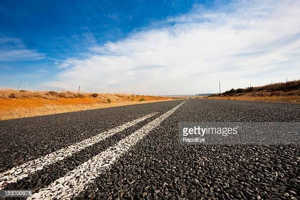 Nivel bajo de la toma junto con blanco vacío torreta road líneas