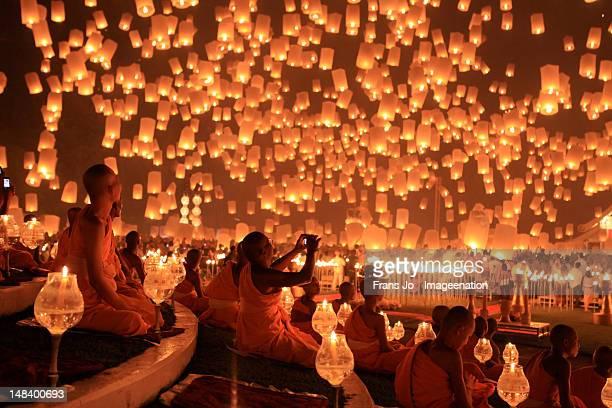 loy kratong - floating lantern festival 1 - boeddhisme stockfoto's en -beelden