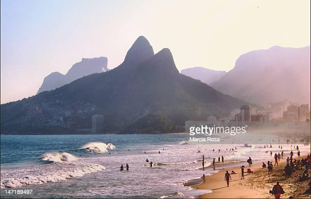 lpanema beach - rio de janeiro photos et images de collection