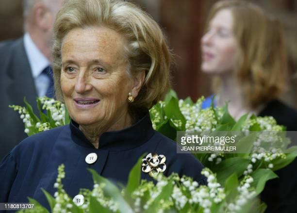 l'épouse du président Jacques Chirac Bernadette participe le 1er mai 2004 au Palais de l'Elysée à Paris à la traditionnelle cérémonie de remise du...