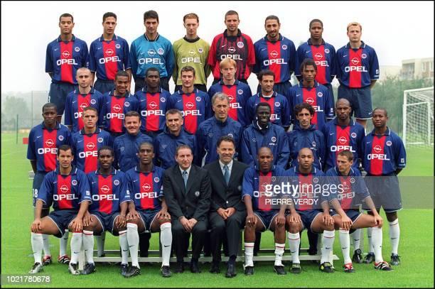 l'équipe de football du Paris SaintGermain pose 24 juillet 2000 au camp des Loges à SaintGermainenLaye lors de la traditionnelle séance de photo...