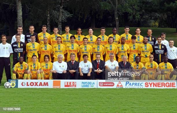l'équipe et les membres de l'encadrement du FC Nantes posent pour la photo officielle de la saison 2004/2005 de football le 14 septembre 2004 à...
