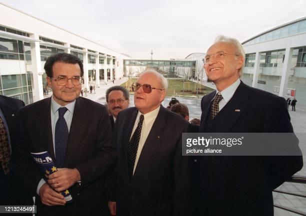 Italiens Ministerpräsident Romano Prodi Bundespräsident Roman Herzog und der bayerische Ministerpräsident Edmund Stoiber am 1221998 bei einem...