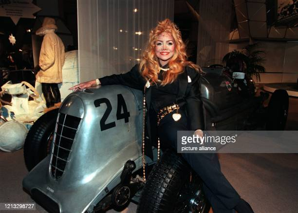 Lässig posiert Popsängerin La Toya Jackson an einem Brooklands Bentley Old Mother GunRennwagen von 1927 Ihren Auftritt bei der Eröffnung der Essener...