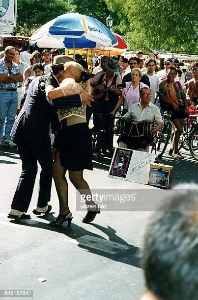 Älteres Paar tanzt Tango auf dem Flohmarkt an der Plaza Dorrego 00021996