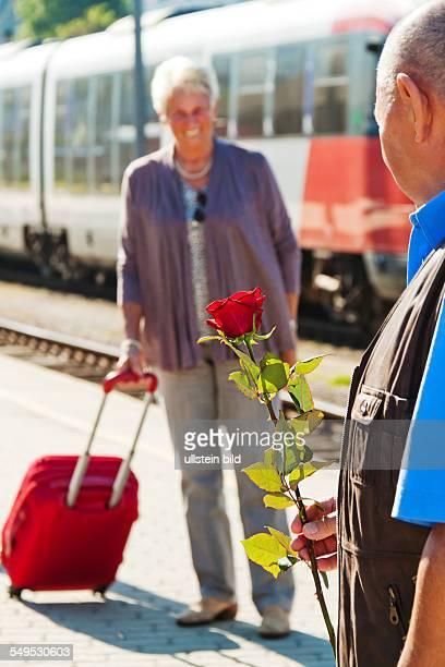 Älteres Senioren Paar am Bahnhof, Mann holt Frau vom Bahnhof ab