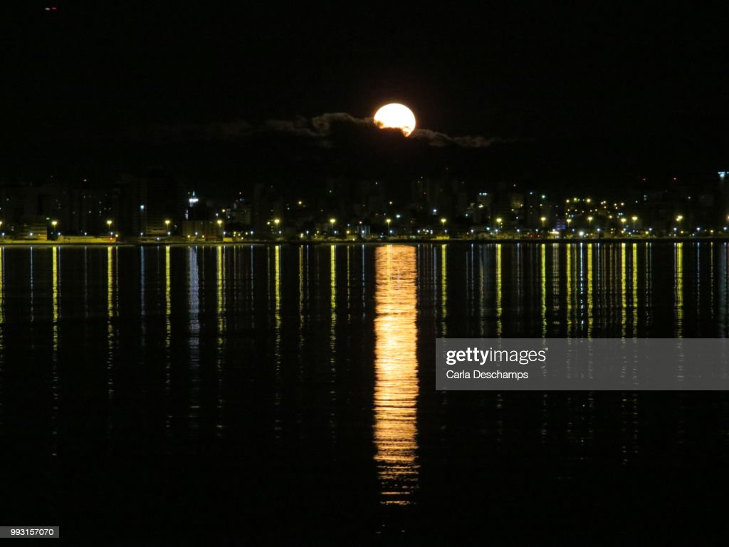 Lua Cheia Na Beria Mar High Res Stock Photo Getty Images