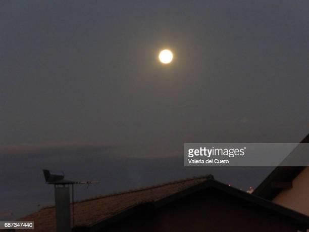 lua cheia no céu de campo grande - sem fim... valéria del cueto stock pictures, royalty-free photos & images