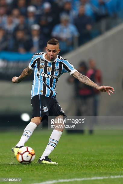 Luan of Brazil's Gremio controls the ball during the Copa Libertadores football match against Argentina's Estudiantes at Arena do Gremio on August 28...