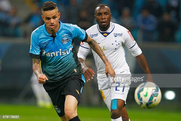 Luan of Gremio battles for the ball against Willians of Cruzeiro during the match Gremio v Cruzeiro as part of Brasileirao Series A 2015 at Arena do...