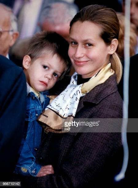 Luana et Alexandre Belmondo lors de l'inauguration de la rue Paul Belmondo en hommage au sculpteur en novembre 1994 à Paris France