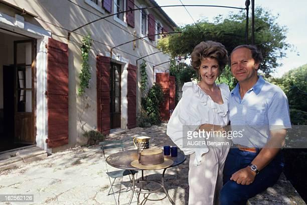Luberon En France en aout 1992 à l'occasion d'un reportage sur la région du Lubéron AnneMarie DE GANAY chez elle auprès de son compagnon JeanClaude...
