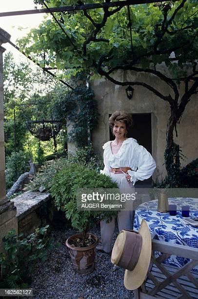 Luberon En France en aout 1992 à l'occasion d'un reportage sur la région du Lubéron AnneMarie DE GANAY chez elle devant une plante dans une petite...