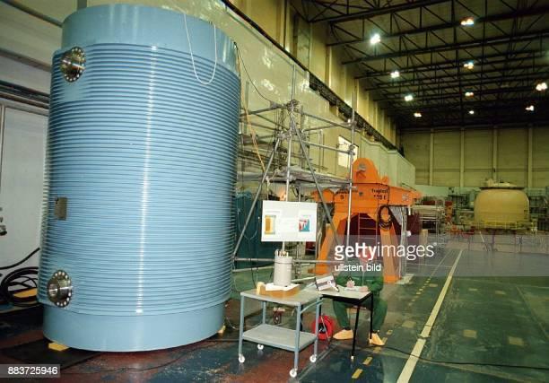 AKW Lubmin / Greifswald die mit 235 Brennelementen beladenen CastorBehälter werden für den Transport nach Ungarn in der Reaktorhalle des Blockes ¾...