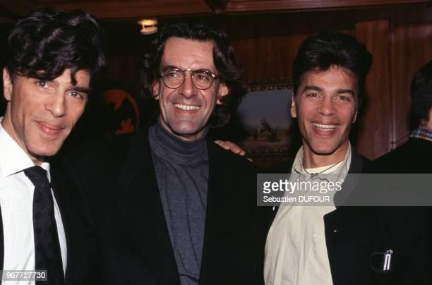 Luc Ferry entouré des frères Igor et Grichka Bogdanoff le 27 mars 1997 Paris France