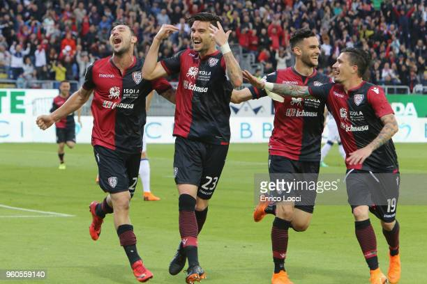 Luca Ceppitelli of Cagliari celebrates his goal 1-0 with the team-mates during the serie A match between Cagliari Calcio and Atalanta BC at Stadio...