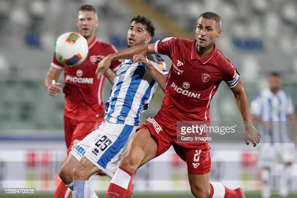 Luca Crecco of Pescara Calcio competes for the ball with Aleandro Rosi of AC Perugia during the Serie B match between Pescara Calcio and AC Perugia...