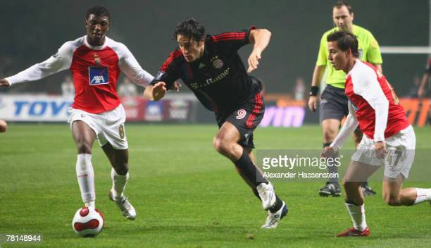 Luca Toni of Munich challenges for the ball with Vandinho of Braga and his team mate Joao Pereira during the UEFA Cup Group F match between SC Braga...