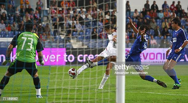 Luca Toni of Munich scores the first goal during the first round second leg UEFA cup match between Belenenses Lisbonat and Bayern Munich at the...