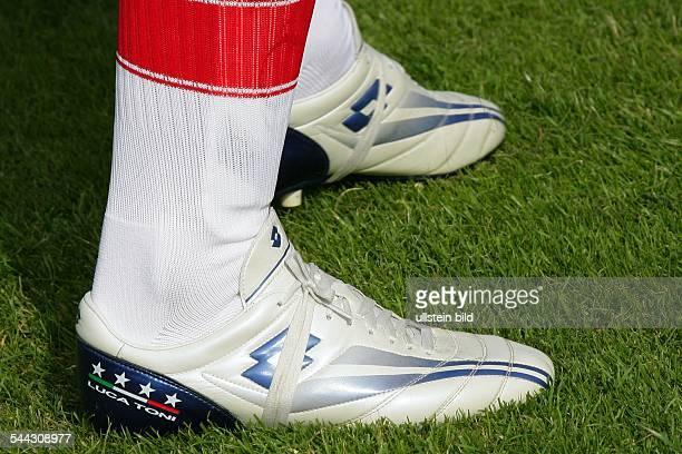 Luca TONI Stuermer FC Bayern Muenchen Italien seine weissen Fussballschuhe der Marke Lotto