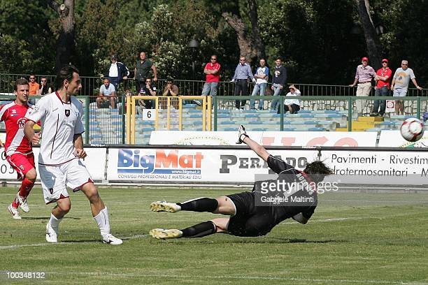 Luca Vigiani of Reggina Calcio scores their fist goal during the Serie B match between Grosseto and Reggina at Stadio Olimpico on May 23 2010 in...