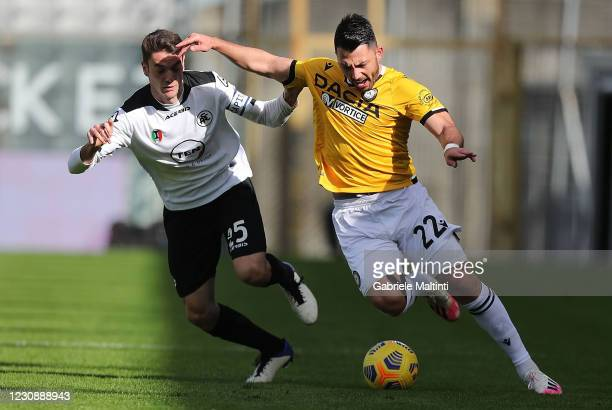 Luca Vignali of Spezia Calcio battles for the ball with Tolgay Arslan of Udinese Calcio during the Serie A match between Spezia Calcio and Udinese...