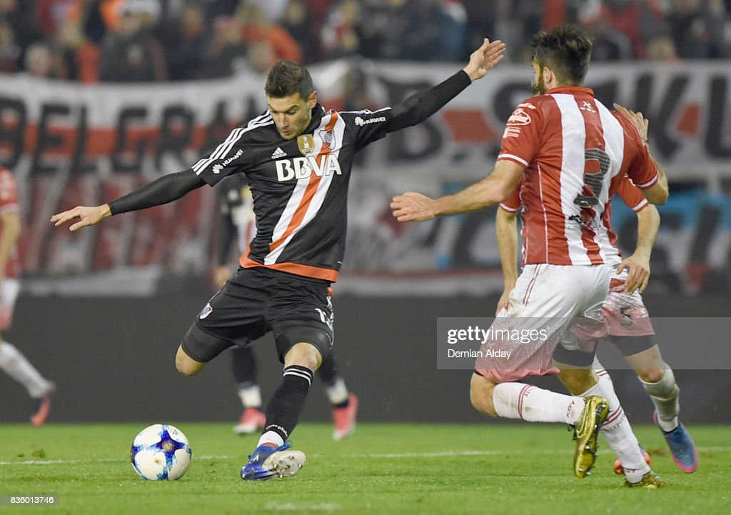 Lucas Alario of River Plate shoots to score the first goal of his team during a match between River Plate and Instituto as part of round 16 of Copa Argentina 2017 at Jose Maria Minella Stadium on August 20, 2017 in Mar del Plata, Argentina.
