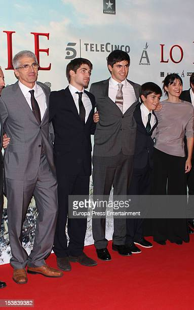 Lucas Alvarez and Simon Alvarez pose with the cast and crew during the 'The Impossible' premiere at Kinepolis Cinema on October 8, 2012 in Madrid,...