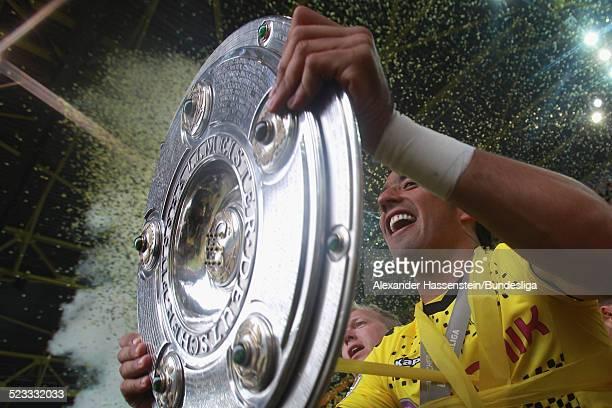 Lucas Barrios vom BVB Borussia Dortmund feiert den Gewinn der Deutschen Meisterschaft 2011/2012 nach dem Bundesligaspiel zwischen Borussia Dortmund...