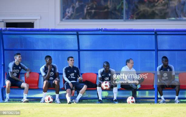Lucas Hernandez Paul Pogba Ngolo Kante Antoine Griezmann and Blaise Matuidi sit on the bench during a France trainig session on July 12 2018 in...