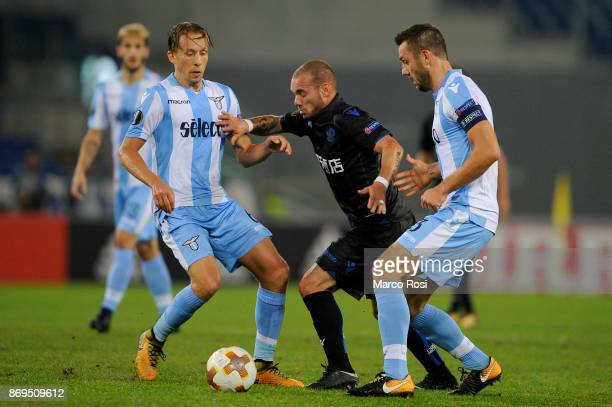 Lucas Leiva and Stefan De Vrij of SS Lazio compete for the ball with Wesley Sneijder of OGC Nice during the UEFA Europa League group K match between...