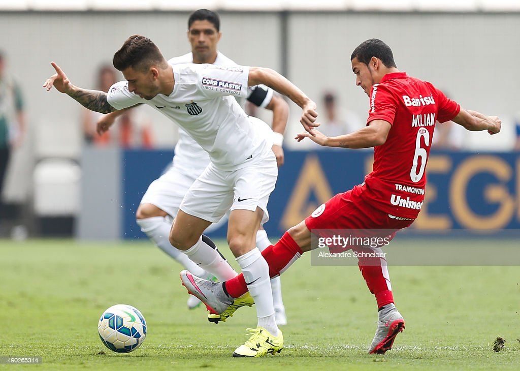 Lucas Lima (L) of Santos and Willian of Internacional in action during the match between Santos and Internacional for the Brazilian Series A 2015 at Vila Belmiro stadium on September 27, 2015 in Santos, Brazil.