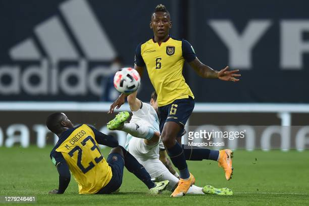 Lucas Martinez Quarta of Argentina fights for the ball with Moises Caicedo and Pervis Estupiñán of Ecuador during a match between Argentina and...