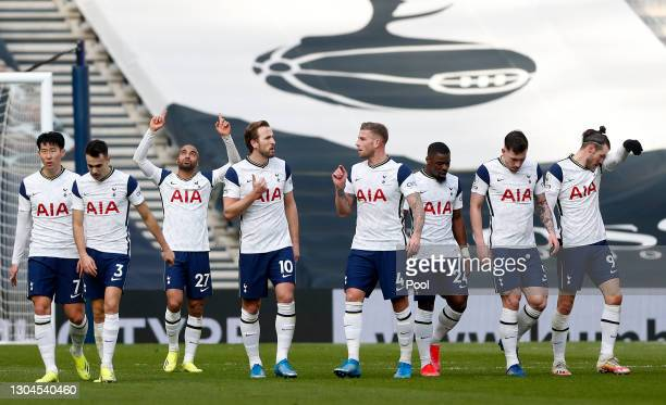 Lucas Moura of Tottenham Hotspur celebrates with team mates Son Heung-Min, Sergio Reguilon, Harry Kane, Toby Alderweireld, Serge Aurier, Pierre-Emile...