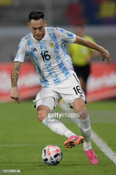 Lucas Ocampos of Argentina controls the ball during a match between Argentina and Chile as part of South American Qualifiers for Qatar 2022 at...