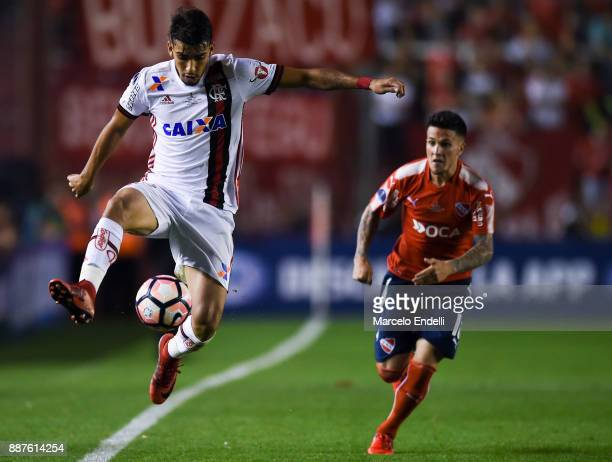 Lucas Paqueta of Flamengo controls the ball during the first leg of the Copa Sudamericana 2017 final between Independiente and Flamengo at Estadio...