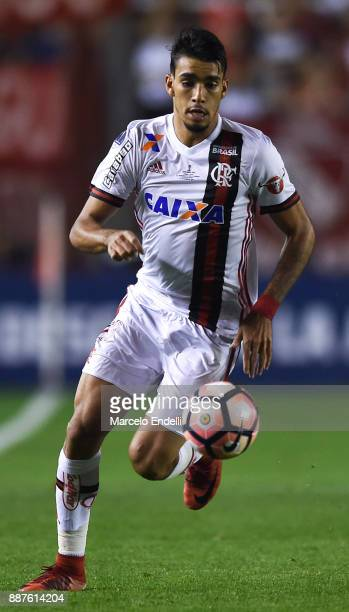 Lucas Paqueta of Flamengo drives the ball during the first leg of the Copa Sudamericana 2017 final between Independiente and Flamengo at Estadio...