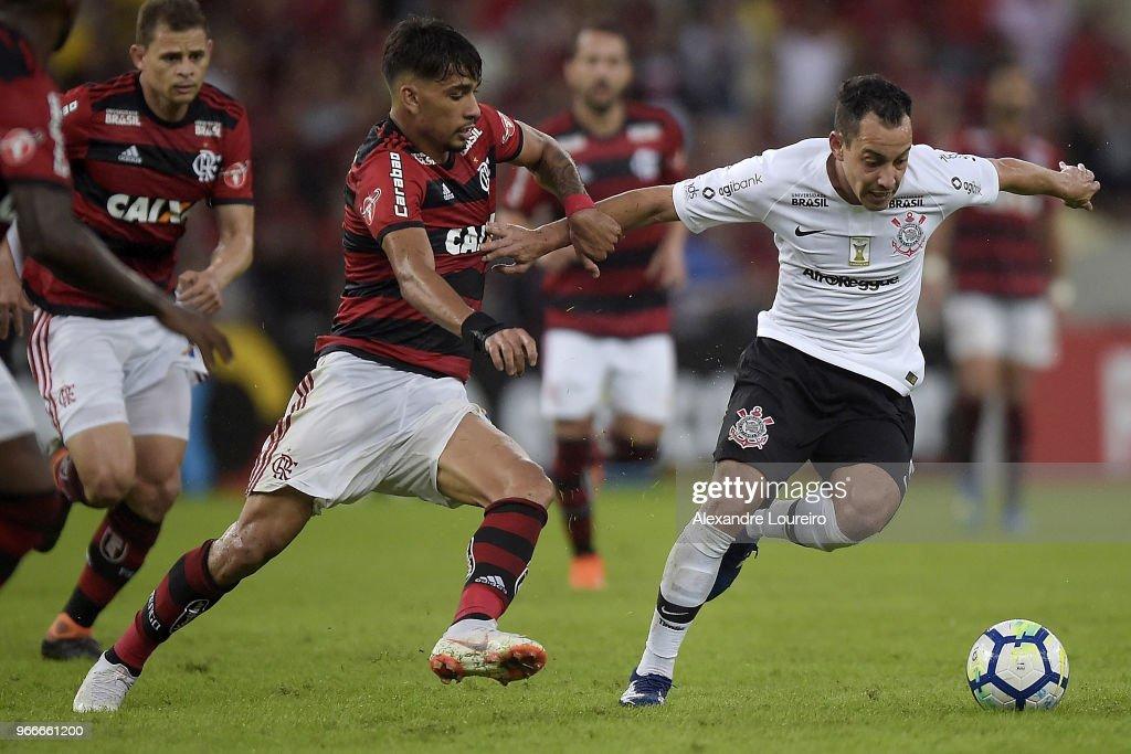 Lucas Paqueta (L) of Flamengo struggles for the ball with Rodriguinho of Corinthians during the match between Flamengo and Corinthians as part of Brasileirao Series A 2018 at Maracana Stadium on June 03, 2018 in Rio de Janeiro, Brazil.