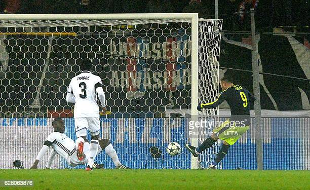 Lucas Perez of Arsenal FC scores his side's first goal during the UEFA Champions League match between FC Basel 1893 and Arsenal FC at St JakobPark on...