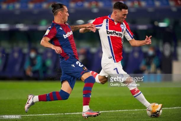 Lucas Perez of Deportivo Alaves scores his team's first goal during the La Liga Santander match between Levante UD and Deportivo Alavés at Ciutat de...