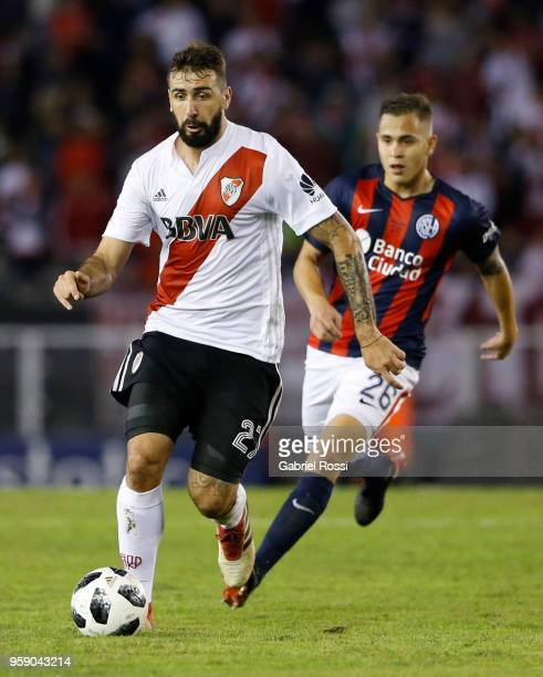 Lucas Pratto of River Plate drives the ball during a match between River Plate and San Lorenzo as part of Superliga 2017/18 at Estadio Monumental...
