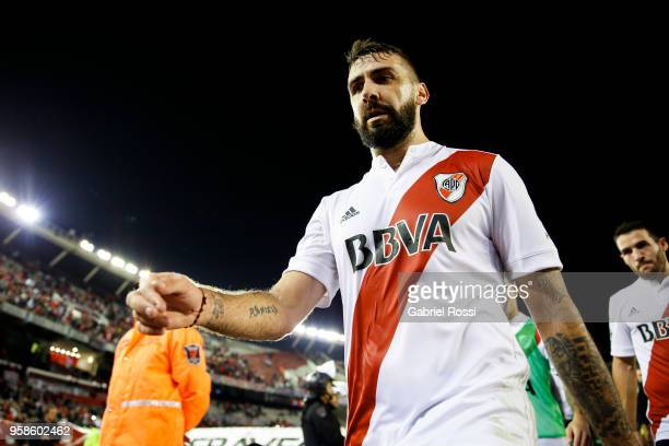 Lucas Pratto of River Plate leaves the field after the match between River Plate and San Lorenzo as part of Superliga 2017/18 at Estadio Monumental...