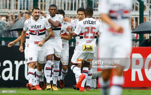 Lucas Pratto of Sao Paulo celebrates their first goal with his teammates during the match between Sao Paulo and Flamengo for the Brasileirao Series A...